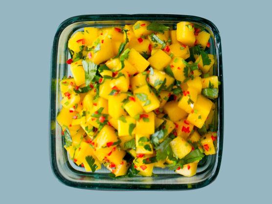Rens og skjær mangoen i terninger. Tilsett hakket eller finsnittet chili (uten frø), revet limeskall, limesaft og hakket koriander. Rør sammen og server som tilbehør til laks eller kylling.