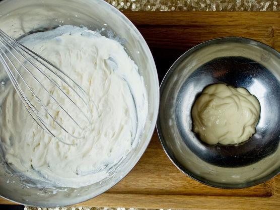 Pisk fløten til myk krem og vend kremen sammen med majonesen. Smak til med noen dråper sitronsaft og en god klype sukker. Bland alt lett sammen.