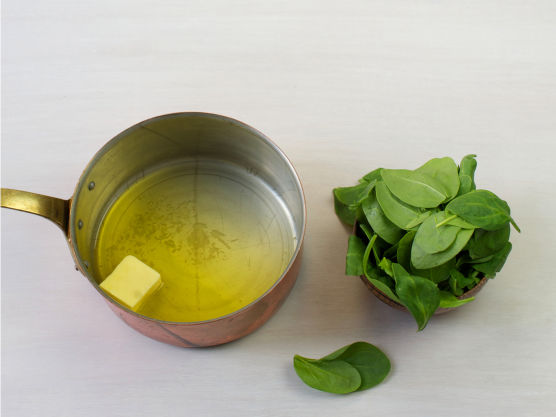Smelt smør i en kjele, ha i spinat og damp under lokk til den faller sammen, ca. 1-2 min. Krydre med salt og pepper og server til kyllingen.