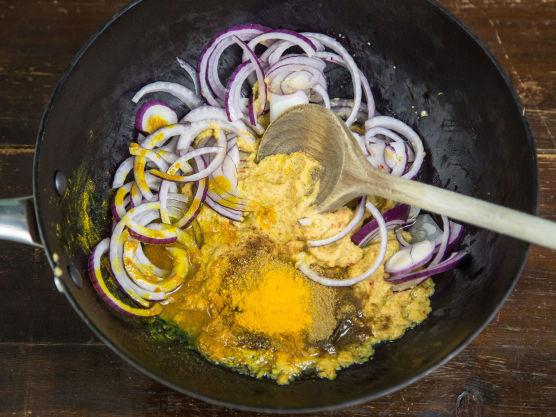 Først skal du lage en enkel og rask karripasta. Denne kan være base for de aller fleste hjemmelagde indiske karriretter.  Ha olje, løk, hvitløk, korianderblader og stilker (spar noen blader til pynt), ingefær og chili i en bolle. Mos det sammen med en stavmikser til en glatt pasta.  Fres karripastaen noen minutter i en gryte på middels varme. Dette er for å steke vekk den rå løksmaken.