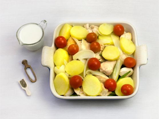 Legg bønnene i en smurt ildfast form og topp med kylling, løk, tomater og poteter. hell over fløte og krydre med salt og pepper.