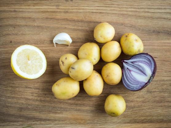 Vask og kok potetene møre i godt saltet vann. Hell av kokevannet og damp potetene tørre.