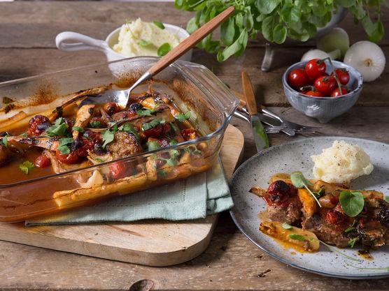 Skrell og kutt sellerirot, løk og persillerot i grove biter. Del hvitløken i to. Brun grønnsakene sammen med kotelettene.