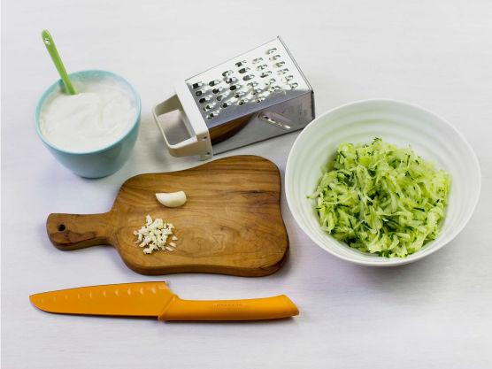 Riv agurk og press ut væske. Finhakk hvitløk og bland med agurk og yoghurt til tzatziki. Smak til med salt og pepper og server til kyllingen.