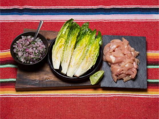 Del hjertesalaten i fire på langs og dryss over litt salt og pepper, sesamolje, sesamfrø og limejuice på hver del.