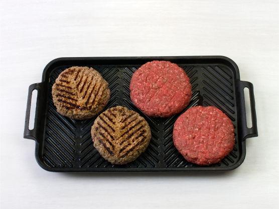 Grill eller stek hamburgerne på sterk varme, ca. 5 min. på hver side.