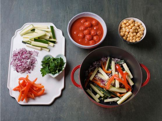 Finhakk løk, skjær paprika og squash i strimler, og hakk persille. Fres grønnsakene i 1 ss olje i en stekepanne, ca. 4 min. Vend inn kikerter, tomat og persille.