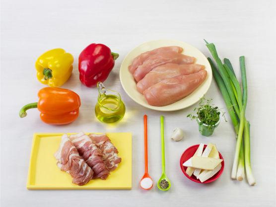 Sommerlig og smaksrik kyllingrett hvor sødmefull paprikasalat setter prikken over i'en. Prøv gjerne ferdig baconsurret kyllingfilet fra ferskvaredisken hos Meny. Ristede pinjekjerner og chili gir salaten en ekstra piff.