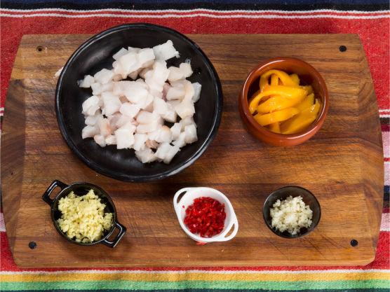 Kutt torskefileten i 1 cm tykke biter og bland med lime, olivenolje, finhakket chili, hvitløk og ingefær.
