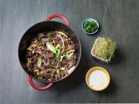 Brun kjøttet i olje på høy varme, tilsett nøtter, grønnsaker, ingefær og hvitløk. Smak til medsalt og pepper.