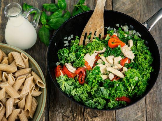 Tilsett finstrimlet grønnkål, finhakket hvitløk og grillet paprika. La alt frese et par minutter. Det vil se ut som veldig mye grønnkål til å begynne med, men akkurat som med spinat, faller grønnkålen sammen når den blir varmebehandlet. Tilsett fløte og smak til med salt og pepper.
