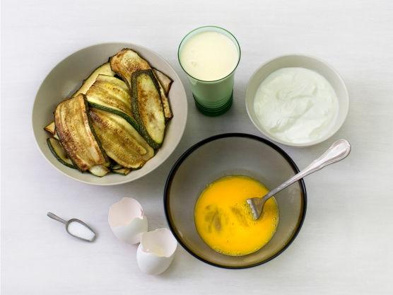 Visp eggene og bland med fløte, kesam og litt salt.