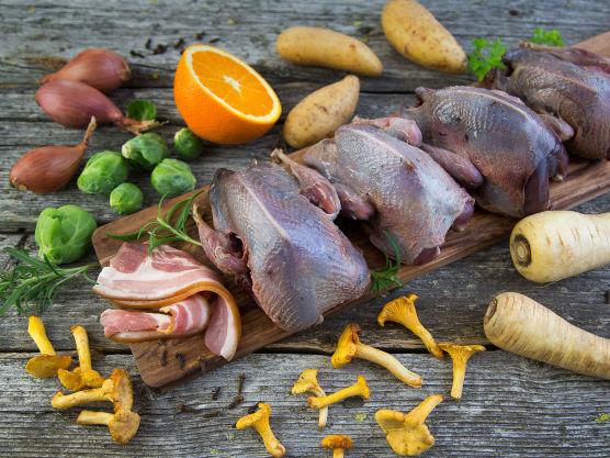 Kutt eller klipp av vinger og ben på rypene. Kommer rypene med innmat, tar du dette ut av fuglen, bruner det i en panne med smør, finhakker det og tilsetter det til sausen senere.