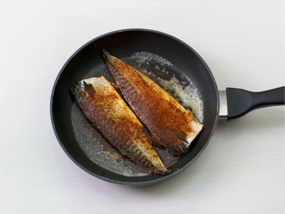 Lurer du på hvordan grille makrell? Ha smør i en stekepanne, stek makrellfiletene ca. 3 min på hver side. Server med purre. Kjempe enkelt!