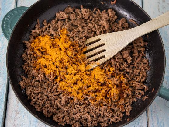 Stek kjøttdeigen sammen med tacokrydder.