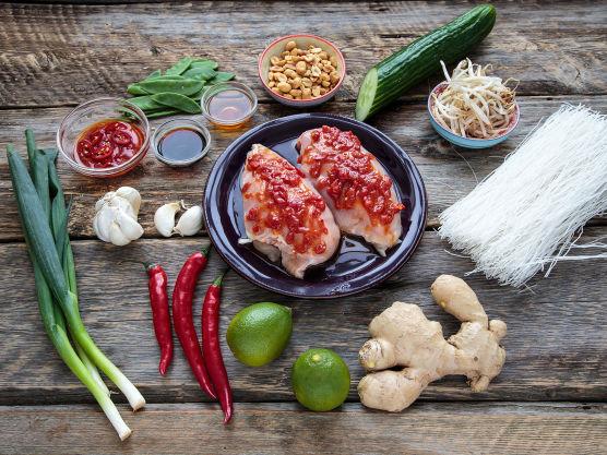 Mariner gjerne kyllingen over natten, men det holder også fint med et par timer før tilberedning. Har du ikke tid til marinering i det hele tatt, kan marinaden gjerne brukes som glaze etter steking og grilling.