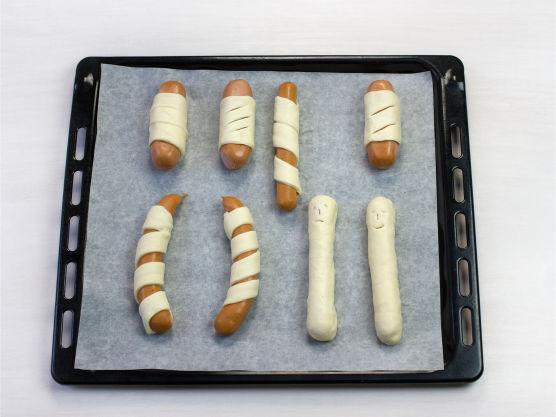 Legg pølsene på et stekebrett og stek i ovn ved 200 °C i ca. 15 min. Alternativt grill dem i en folieform under lokk.