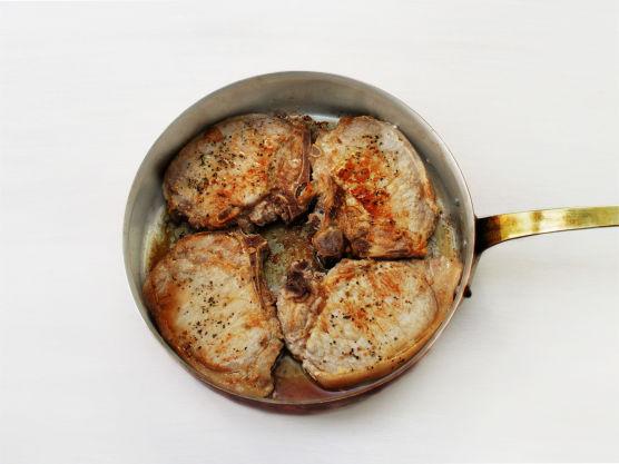 Krydre kotelettene med salt og pepper. Grill eller stek dem i olje i en stekepanne, ca. 3-4 min. på hver side. Server med potetsalat.