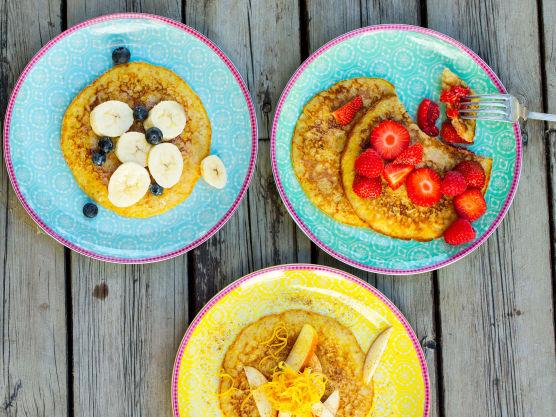 Topp pannekakene med bær eller frukt etter ønske, litt vaniljekesam og revet brunost er også godt.