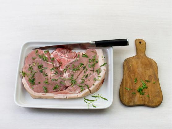 Snitt svoren på flintsteken, hakk rosmarin og gni inn kjøttet, og grill eller stek på sterk varme i ca. 10 min. på hver side.