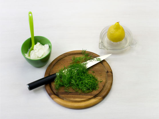 Hakk dill og bland med rømme og sitronsaft. Server laksen med agurksalat og sitronrømme.