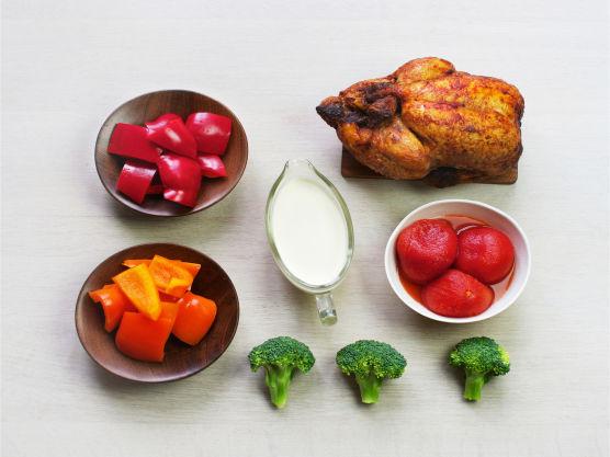 En rask og enkel oppskrift på kyllinggryte. Krydderet fra grillkyllingen gir denne raske hverdagsretten en deilig saus. Retten kan godt toppes med litt ost og gratineres i ovnen. Server gjerne med ris eller godt brød.