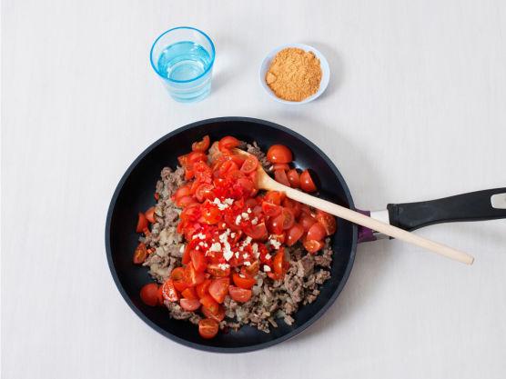 Hakk tomater og løk, finhakk hvitløk og chili. Brun løk og kjøtteig i olje i en stekepanne. Bland i chili og hvitløk, tomater og burritokrydder. Tilsett vann og la koke i ca. 10 min.
