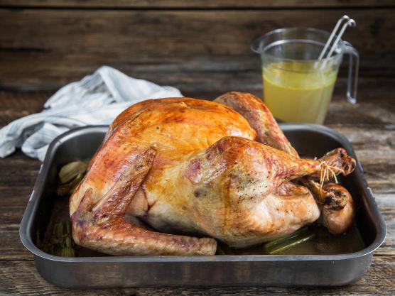 Stek kalkunen i ovnen på 180 grader i ca. 3 timer. Du kan beregne 30 minutter per kilo. Øs kraft fra langpannen over fuglen flere ganger underveis.