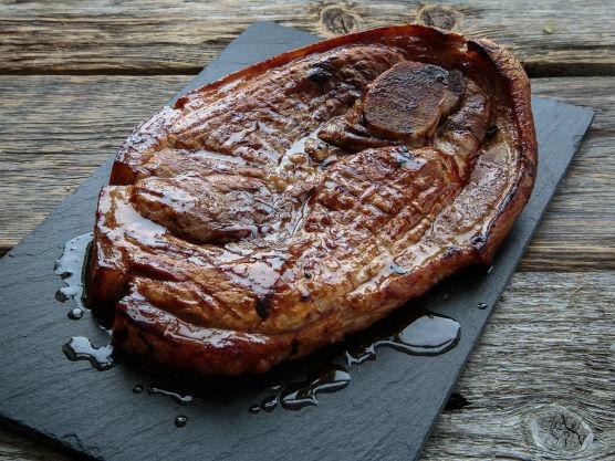 Snitt svoren på flintsteken, så den ikke vrir seg under grilling. Grill den på direkte varme i 2 minutter på hver side, og legg så på indirekte varme hvor den får steke ferdig. Det tar ca. 15 minutter, og du bør snu kjøttet flere ganger underveis i grillingen. La kjøttet hvile før du skjærer det i strimler.