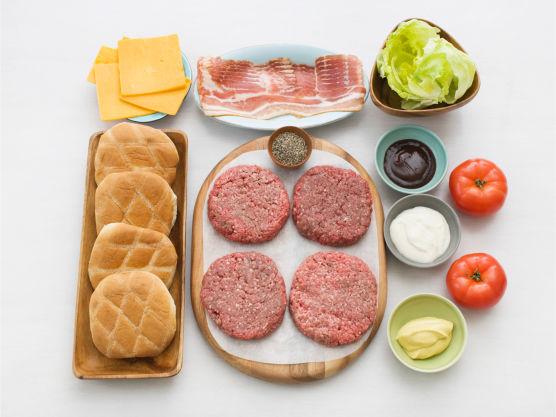 Skikkelig amerikansk BBQ-burger som bugner av smak! Ferdigmarinerte poteter kan legges på grillen og passer godt som tilbehør