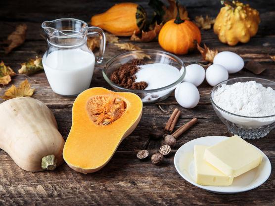 Begynn med paibunnen. Bland alle ingredienser i en kjøkkenmaskin og kna det deretter lett sammen til en deig. Legg deigen kjølig 30 minutter mens du begynner på paifyllet.
