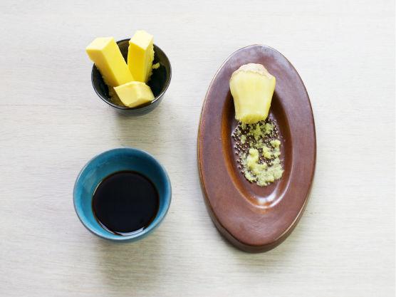 Smelt smør i en stekepanne, ha i finrevet ingefær og la det bli gyllenbrunt, tilsett soyasaus.
