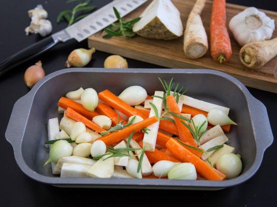 Ovnsbakte grønnsaker: Vask og skrell alle grønnsakene, sjalottløken og hvitløken. Del rotgrønsakene i like store staver, la løken og hvitløken forbli hele. Ha alt i en ildfast form, dryss over litt salt, olivenolje og frisk rosmarin. Stek i ovnen på 200 grader til grønnsakene er møre. Det tar cirka 30 minutter.