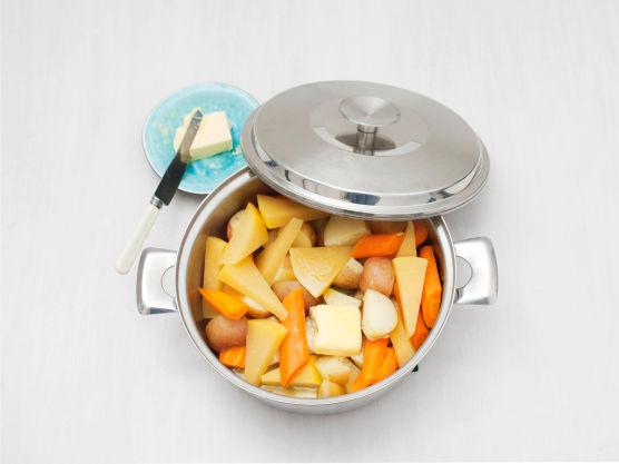 Hell av vannet og tilsett smør, og la smøret smelte under lokk.