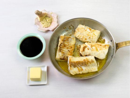 Stek torsken i olje i en stekepanne, ca. 2-3 min. på hver side. Riv ingefær og ha i pannen. Tilsett smør og teriyakisaus, og la surre med fisken i ca. 2 min.
