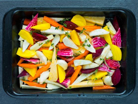 Sett ovnen på 200 grader. Skrell og skjær alle rotgrønnsakene i jevne kløfter, biter eller staver. Legg dem utover i en stor ildfast form. Tilsett knust hvitløk, timian og olivenolje. Press over sitronsaft og krydre godt med salt og pepper.