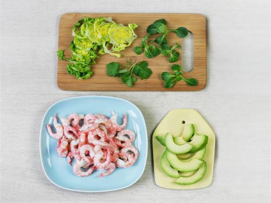Pill reker, vask og kutt salat, hakk koriander, og skjær avokado i biter.
