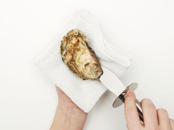 Begynn med å åpne østers. Vær forsiktig – det er lett å kutte seg å den skarpe kniven! Du kan lese hvordan man åpner østers i en egen artikkel på meny.no.