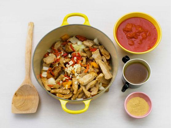 Brun svinefilet i olje i en gryte. Ha i løk, hvitløk, chili og paprika og stek videre i ca. 3 min.