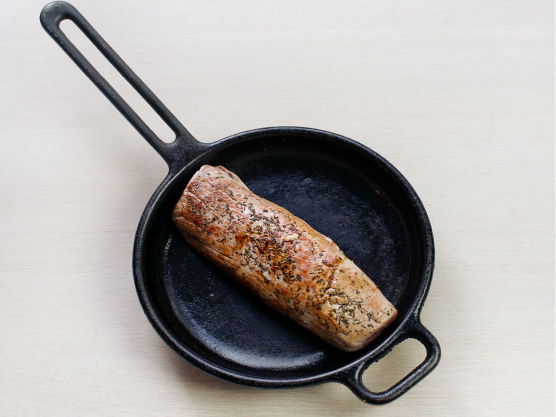 Gni svinefileten med timian, salt og pepper. Brun fileten i en stekepanne, og la kjøttet ettersteke med potetene ca.10 min.
