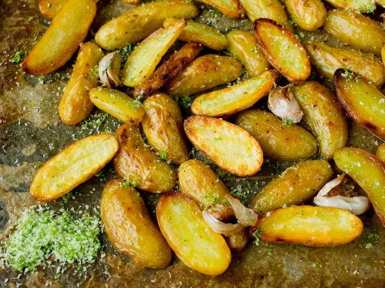 Bland sammen finrevet limeskall og flaksalt, knus det gjerne sammen i en morter. Dryss limesalt over de nystekte potetene.