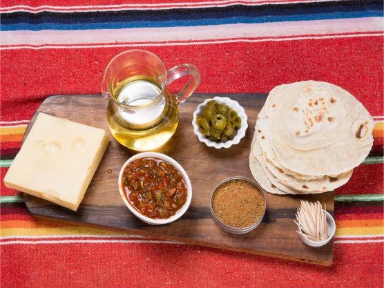 Bak små tortillas eller stikk ut med et glass fra en ferdige variant.