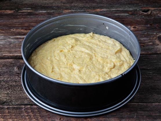 Hel røren i en smurt springform på 23 cm. Stek brødet midt i ovnen på 220 grader i 20 minutter. La brødet avkjøle litt før du deler det opp.