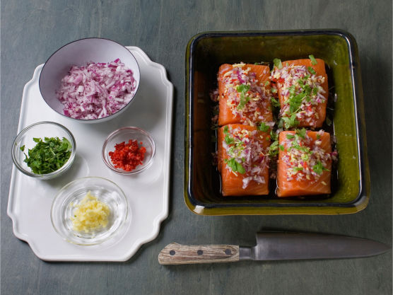 Finhakk løk, chili, ingefær og koriander, fordel halvparten over fisken og stek i ovnen på 180 °C, i ca. 10-12 min.