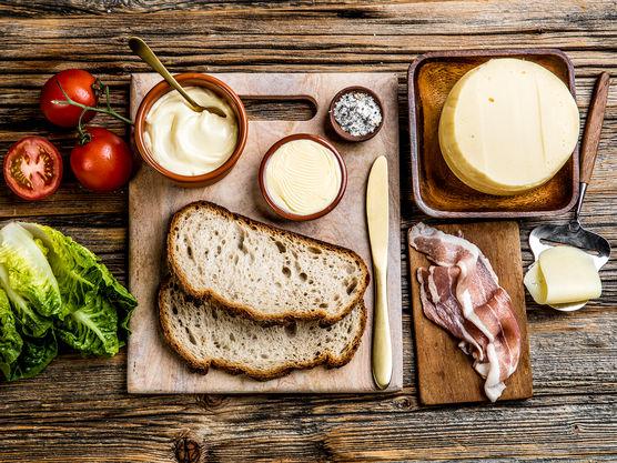 Ostesmørbrødet kan stekes i stekepanne eller i ostesmørbrødjern om du har det.