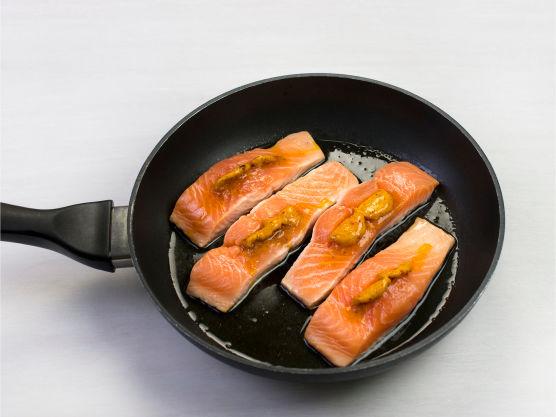 Stek laksen i olje i en stekepanne med lokk, ca. 8-10 min, og server med ris og salsa.
