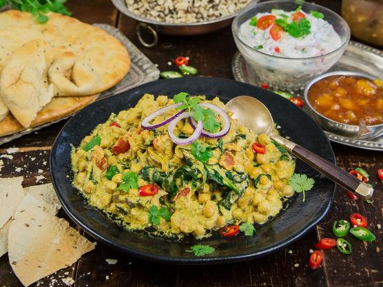 Servér med villris eller brun ris, hjemmelaget raita, chutney og pickles.