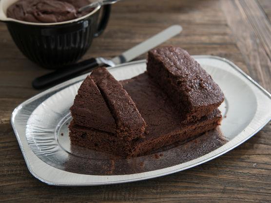 Skjær kaken i deler og bygg opp som formen av et skip som vist på bildene.