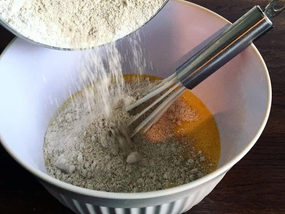 Tilsett resten av melken og salt. La røren svelle i en halvtime.