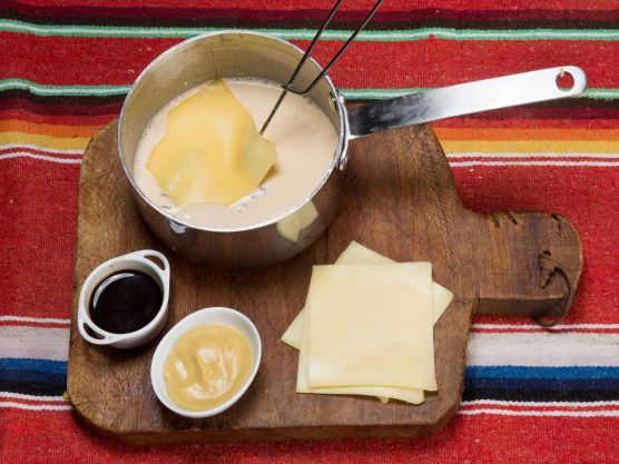 Riv osten og visp inn litt og litt så den smelter.